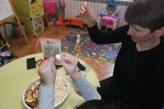 Изработване на нанизи от пуканки и сушенки
