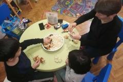 Децата много се забавляваха... ;) е похапвахме и от пуканките докато нижехме, но без това не може
