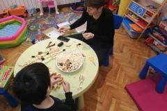 Изработване на нанизи от пуканки и сушенки за храна на птичките